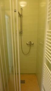 Sprcha plně k dispozici.